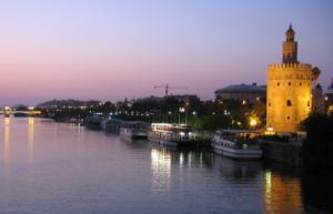 Veduta de la torre del oro nel tramonto sul fiume guadalquivir